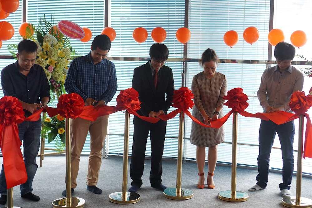 """Các khách mời cùng hô vang """"1…2…3 cắt"""" chính thức khai trương văn phòng mới của Học viện Agile"""