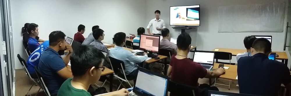 Giảng viên Nguyễn Khắc Nhật chia sẻ các phương pháp trong lớp học