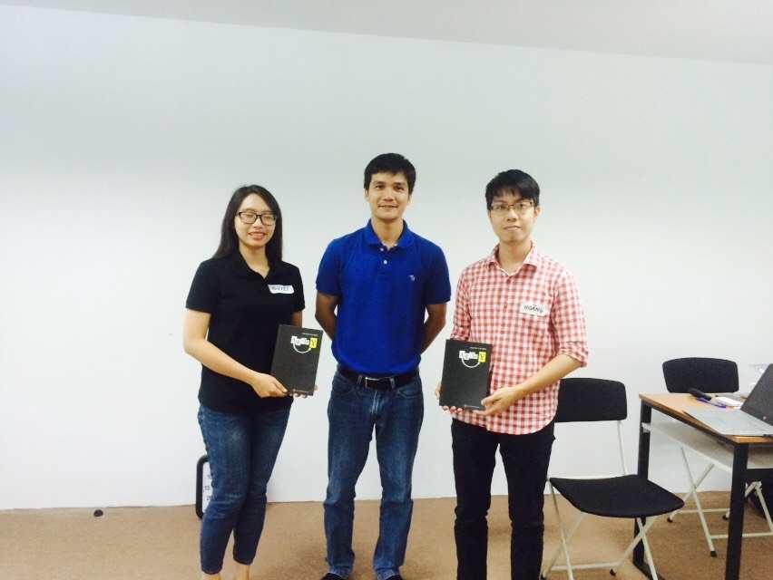 Huấn luyện viên Nguyễn Văn Hiển- tác giả cuốn sách Agile Y trao quà tặng cho học viên có kết quả bài thi cao nhất
