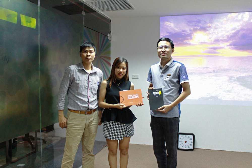 Anh Phạm Anh Đới- Giám đốc Học viện Agile trao quà cho hai học viên hoàn thành bài thi tốt nhất